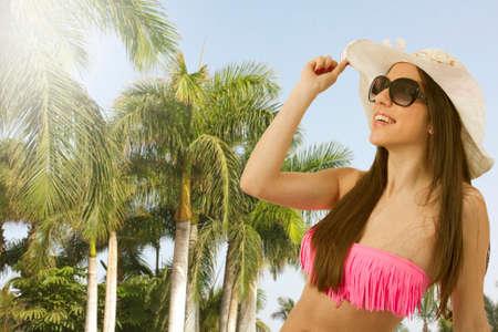 petite fille maillot de bain: Bikini Girl en été avec des palmiers