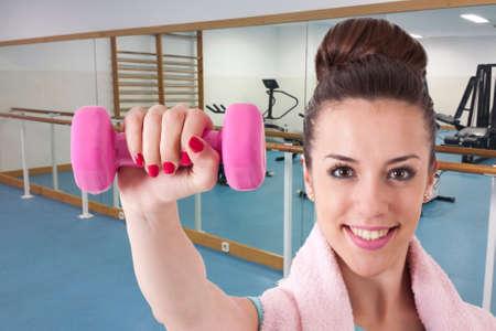 zumba: Chica joven en el gimnasio