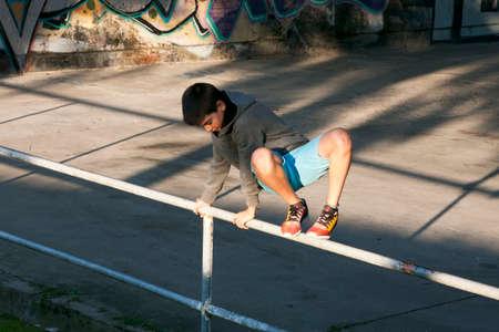 salto de valla: niño saltando la valla en la ciudad