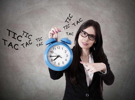 competitividad: Mujer de negocios con el reloj