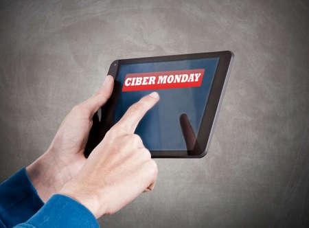compras compulsivas: manos con el mensaje de la tableta y reembolsos Foto de archivo