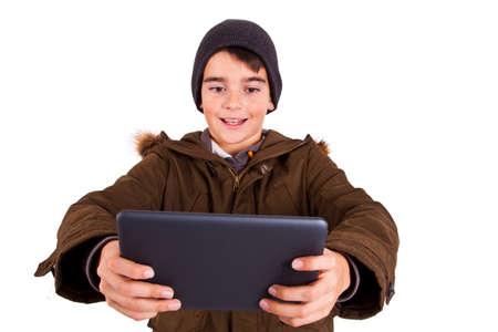 ni�os jugando videojuegos: Ni�o con la tablilla aislada en el fondo blanco