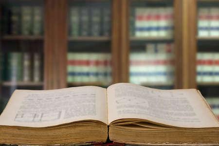 wetboeken op kantoor met bibliotheek Stockfoto
