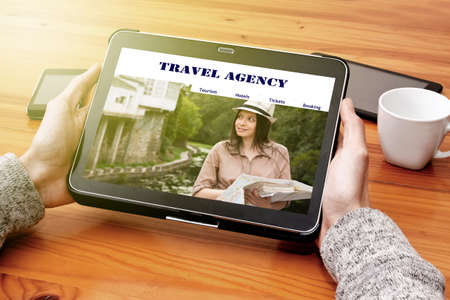 agencia de viajes: visitando el sitio web de agencia de viajes online Foto de archivo