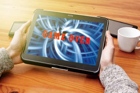 jugando videojuegos: jugando juegos de video en la tableta Foto de archivo
