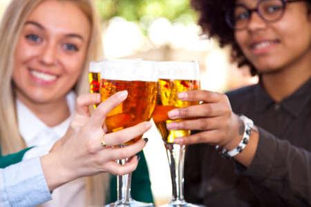 personas festejando: los jóvenes que celebran con cerveza Foto de archivo