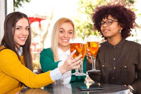 personas celebrando: los j�venes que celebran con cerveza Foto de archivo