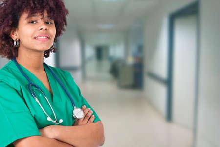 mujer médico en el hospital