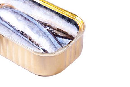 sardinas: sardinas en lata aislados en blanco