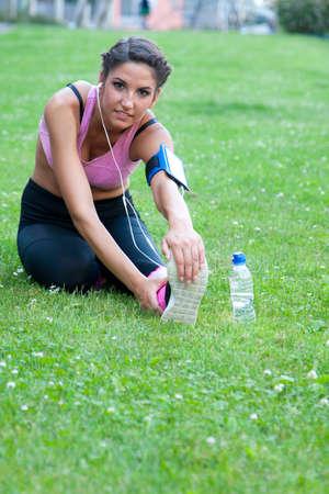 elasticity: mujer haciendo deporte al aire libre Foto de archivo