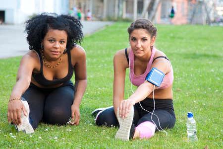 elasticidad: mujeres que hacen deporte al aire libre