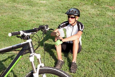 mountain biker: mountain biker drinking and resting