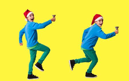 bambino su sfondo di colore con cappello di Natale