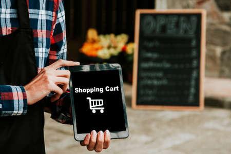 compras compulsivas: carrito de la compra en la tabla Foto de archivo