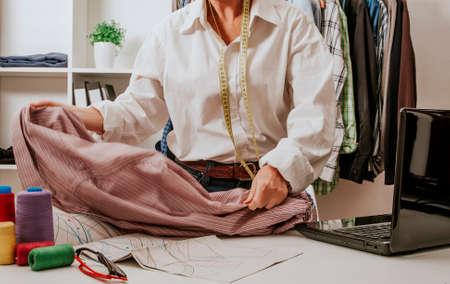 femme travaillant dans la couture et la couture