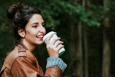 Девушка с чашкой кофе на улице, фаст-фуд Фото со стока