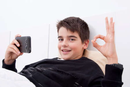 confortable: child lying down with the telephone phone in the room, okay