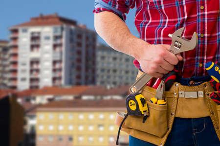 profesional del edificio con el casco y las herramientas
