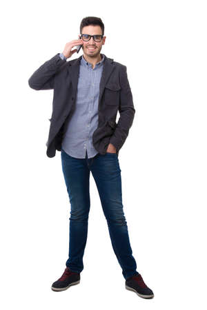 Mann mit Telefon isoliert auf weißem Hintergrund ganzen Körper
