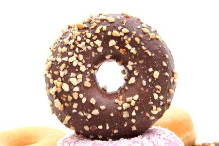 Assorted donuts apilados y aislados sobre fondo blanco