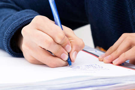 closeup della mano del bambino che scrive con la penna