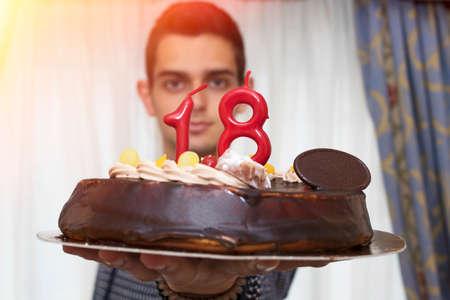 Junger Mann mit Geburtstagstorte Standard-Bild - 80619259
