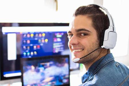 joven con auriculares y computadora