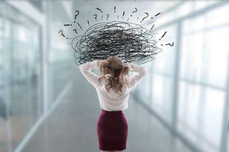 Femme au bureau stressée par des problèmes Banque d'images