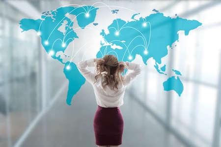mujer de negocios estresado con el mapa y la red internacional