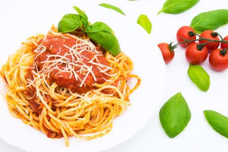Spaguetis à la bolognaise avec fromage et feuille de basilic