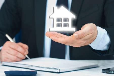 mano de hombre negocio con casa, concepto de bienes raíces y comprar casa