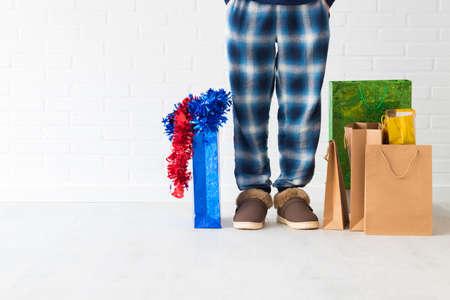 persone a casa con i regali di natale