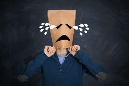 hombre con expresión triste llorando con lágrimas