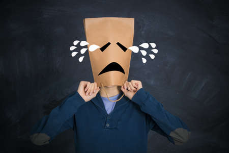 homme avec une expression triste pleurant de larmes