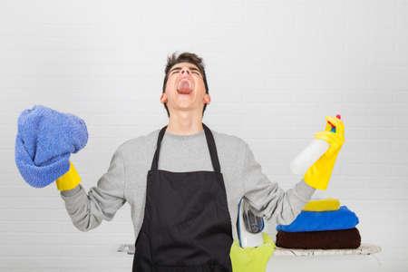 homme qui crie furieux contre les tâches ménagères Banque d'images