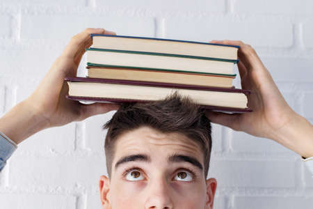 student portrait Looking at the books on the head Stockfoto