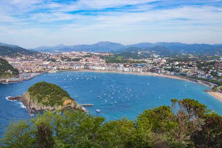 Panorámica y paisaje de la playa de la concha en San Sebastián, Donostia, España Foto de archivo