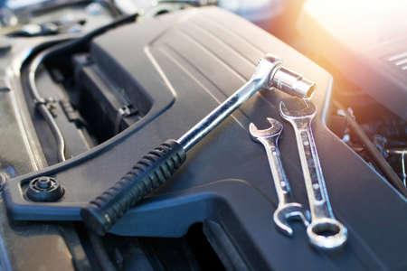Taller mecánico, herramientas en el motor del automóvil.