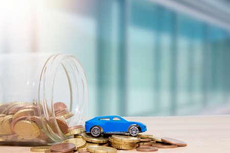 Auto mit Münzen und Boot, Spesen und Autokauf