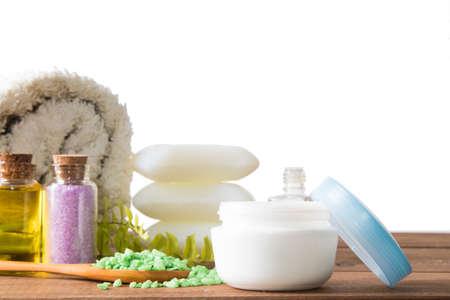 Schönheitscremes und mineralische Spa-Salze isoliert auf weißem Hintergrund