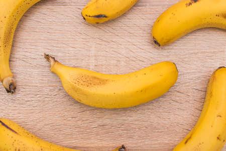 Hintergrund von natürlichen Bananen auf Holz
