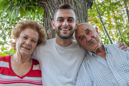 portrait of generation of grandchildren and grandparents outdoors Banque d'images