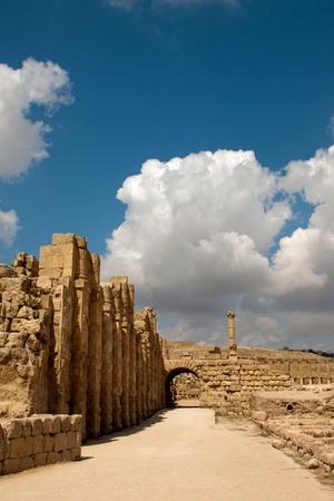 strada accanto alle antiche rovine del ippodromo di Jerash, Giordania Archivio Fotografico