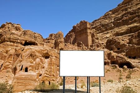 cartellone nel deserto del sud della Giordania