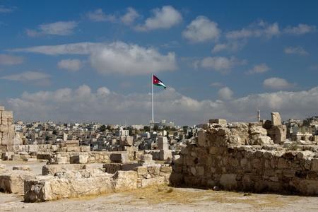 Vista panoramica della citt� di Amman con bandiere giordane