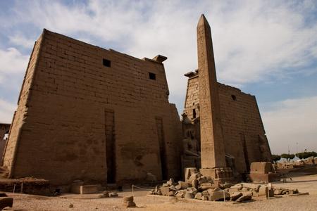 Obelix e statue di Ramses II al primo pilone del Tempio di Luxor in Egitto