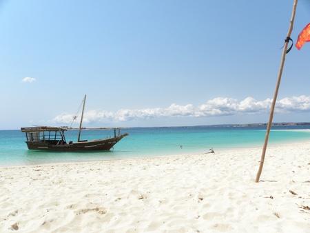 Battello ancorato sulla spiaggia di Zanzibar, Tanzania