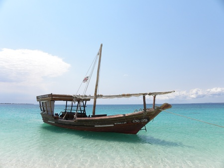 zanzibar: Boot verankerd op het strand in Zanzibar, Tanzania Stockfoto
