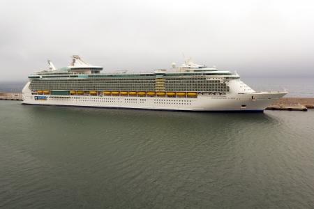 docked: Indipendence del crucero Seas atrac� en el puerto de G�nova, Italia. El buque es operado por la l�nea de cruceros Royal Caribbean.