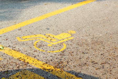 personne handicap�e: Particulier de stationnement r�serv� aux personnes handicap�es Banque d'images